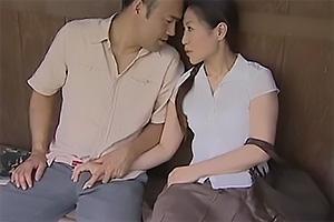 【ヘンリー塚本】誰もいないバス停で青姦セックスを始める男女!野外で激ピス立ちバック