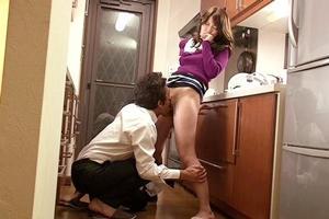 堀内秋美 巨乳人妻が寝取られNTR!キッチンで手マンやクンニ責めで肉欲の快感に溺れる