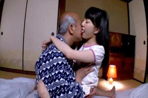 葵野まりん おじいちゃんの顔面を舐めまわす低身長のロリ顔娘!老人ちんぽをぶち込み近親相姦