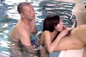 真白希実 競泳水着姿のインストラクターがAVデビュー!水中で肉棒を挿入され立ちバック