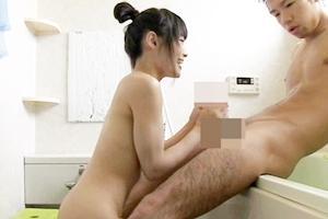 初芽里奈 美少女が近親相姦!妹が大好きなお兄ちゃんと一緒にお風呂入って手コキフェラ